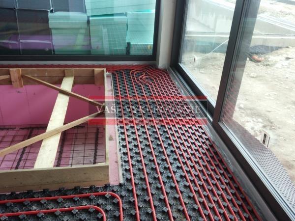 Podlahové vykurovanie pri oknách vo wellnesse